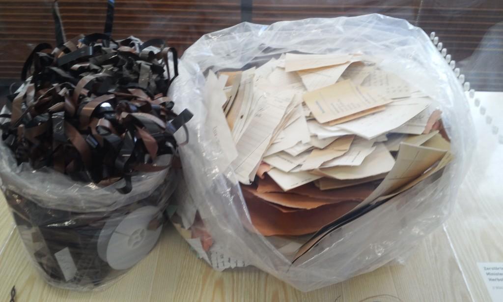 과거사 사진2) 미처 없애지 못한 도청 테이프와 감시기록이 담긴 문서. 슈타지 박물관 전시. 직접 촬영